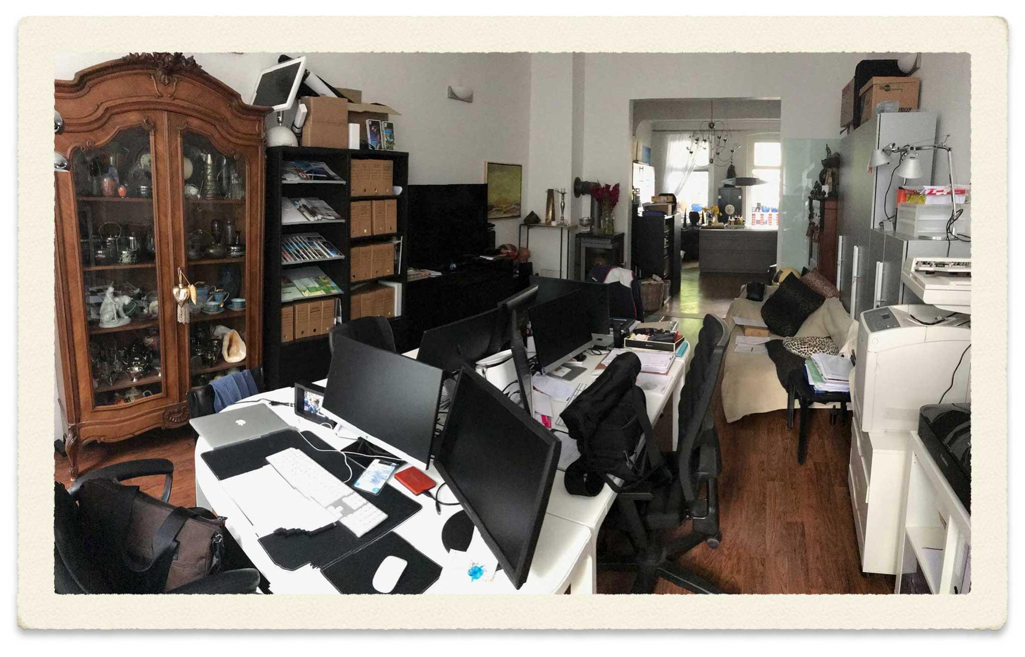 Improvisiertes Büro und Zwischenlager während des Wasserschadens